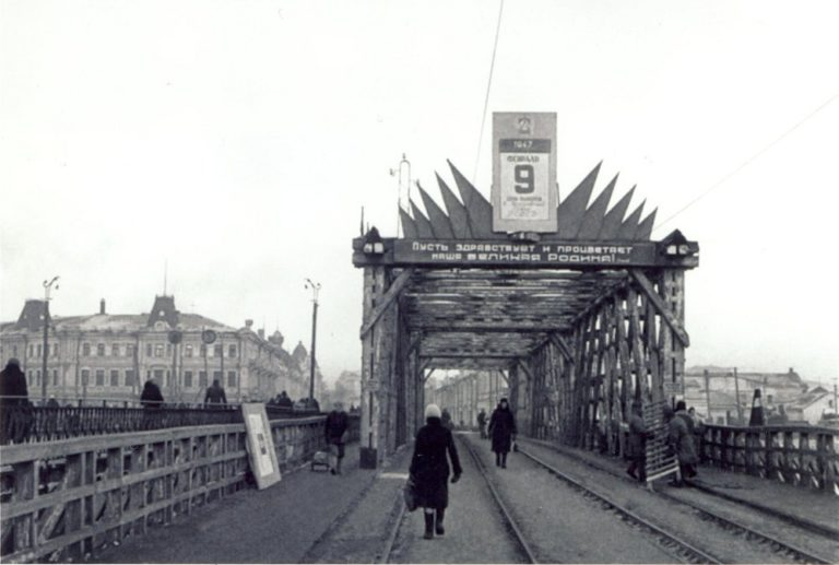 1947 г. январь-февраль. Деревянный трамвайный мост через Омь (незадолго до разрушения)