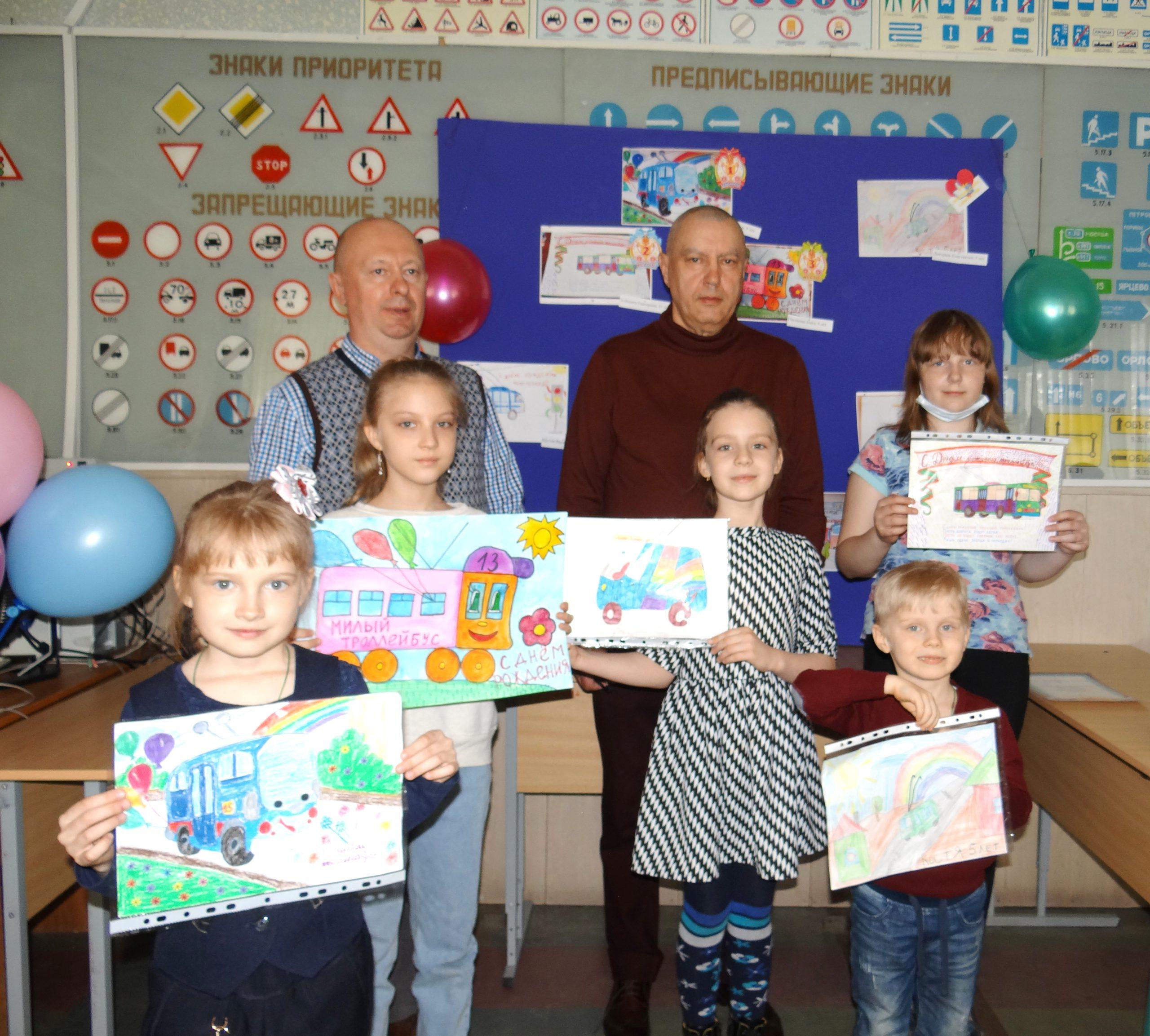 Read more about the article Награждение участников конкурса детских рисунков, посвященного Дню Рождения Троллейбуса
